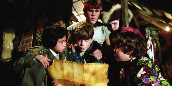 still-of-sean-astin,-corey-feldman,-josh-brolin,-jeff-cohen-and-jonathan-ke-quan-in-the-goonies-dödskallegänget-(1985)